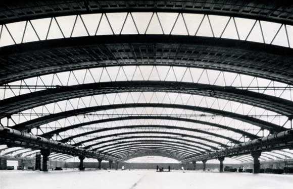 Special arched roof system for the warehouse provides clear spans of 150 ft and considerable areas of unobstructed floor space.