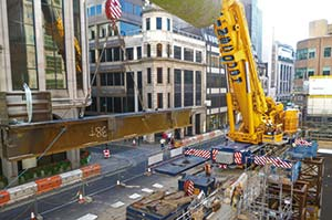A 38t transfer beam with kentiledge is lifted by a 500t capacity mobile crane